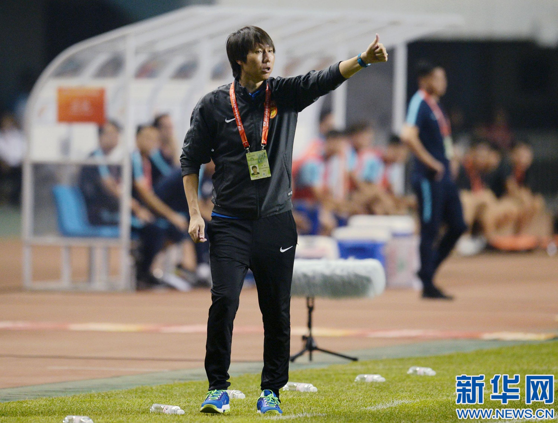 河北/7月31日,河北华夏幸福队主教练李铁在场边观战。