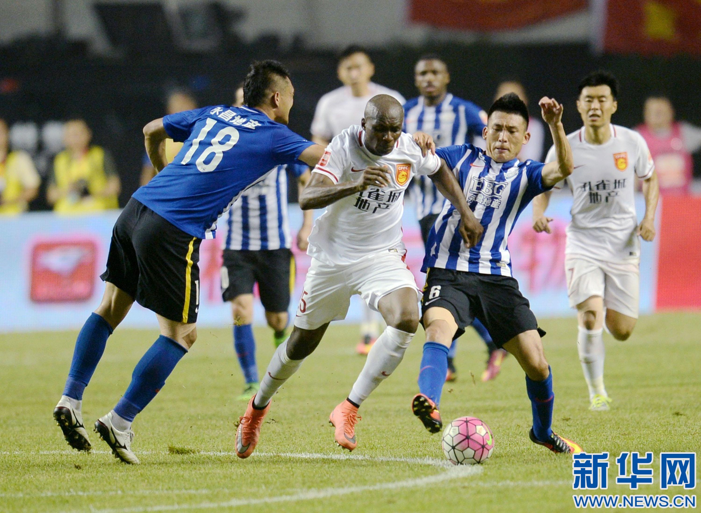 河北/7月31日,河北华夏幸福队球员姆比亚(中)在比赛中突破。
