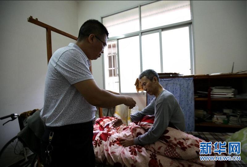 为一句承诺 一家两代人接力照顾高位截瘫病人