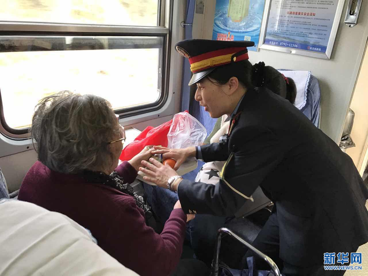 七旬老奶奶列车上突发心慌 众人合力齐帮助