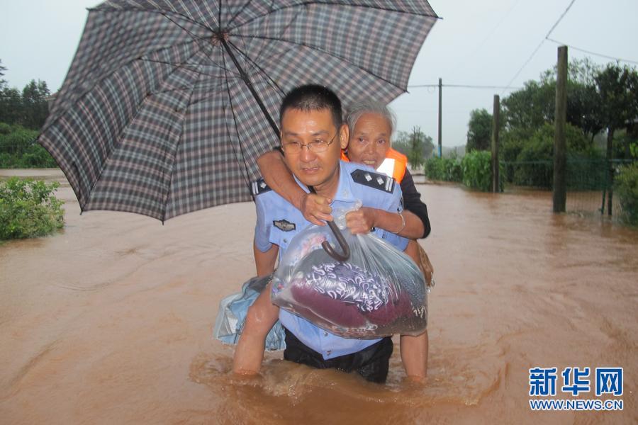 洪水中,江西警察的七个姿势,感动一座城!