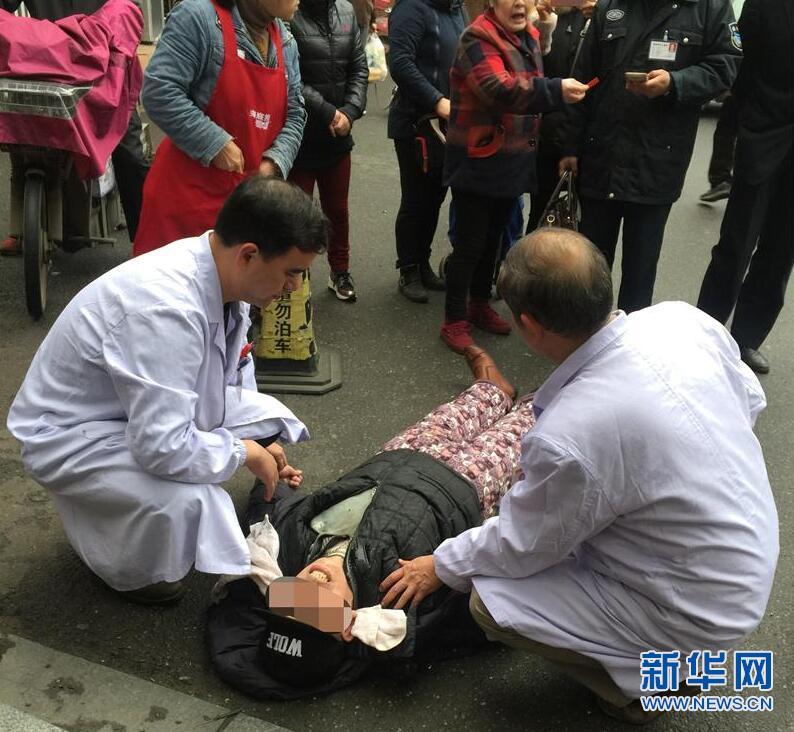 七旬老人买菜突晕倒 六旬医生路边及时施救