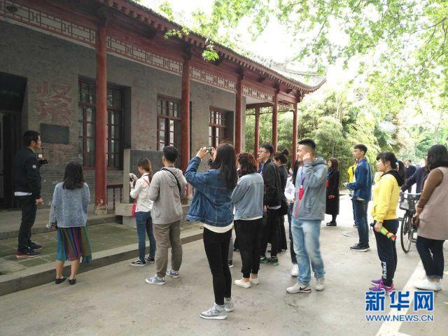 30名大学生代表受邀走进省政府 了解政府部门职能