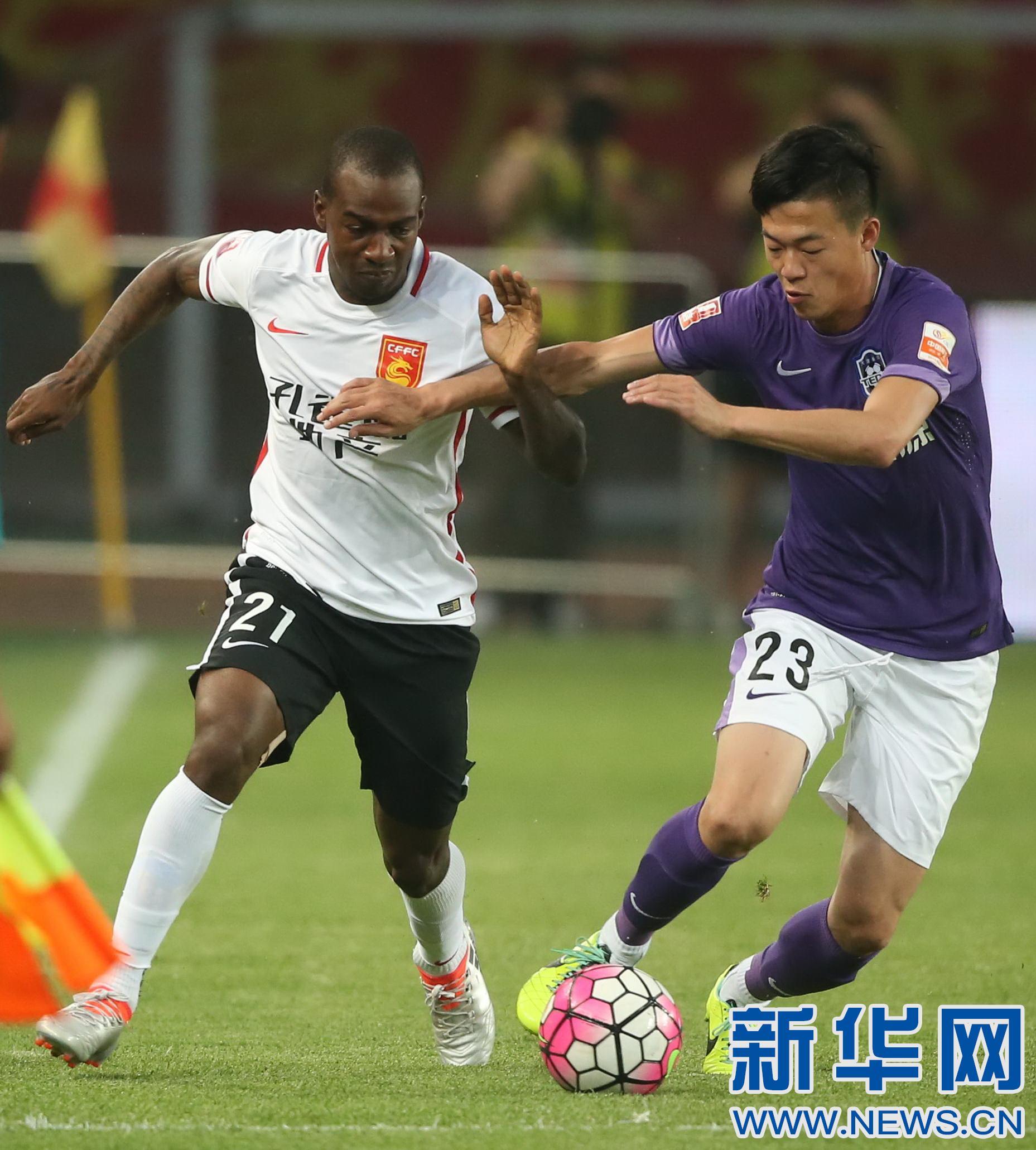 河北/6月18日,河北华夏幸福队球员卡库塔(左)在比赛中拼抢。