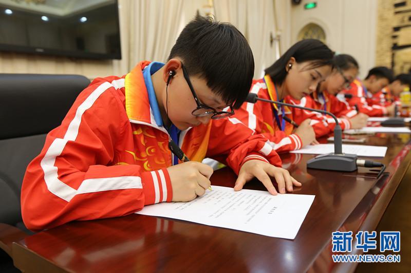 西安体育学院30名大学生走进省政府 聆听历史故事