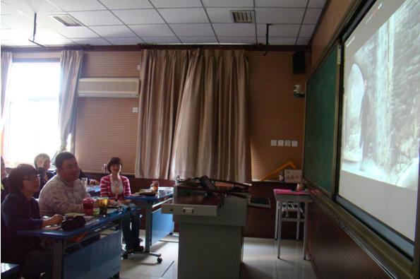 上斜街小学组织全校教师观看电影《周恩来的四个昼夜》