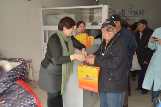 隆力奇青岛分公司工作人员分别走进青岛海丰社区和普济医院,开展爱心