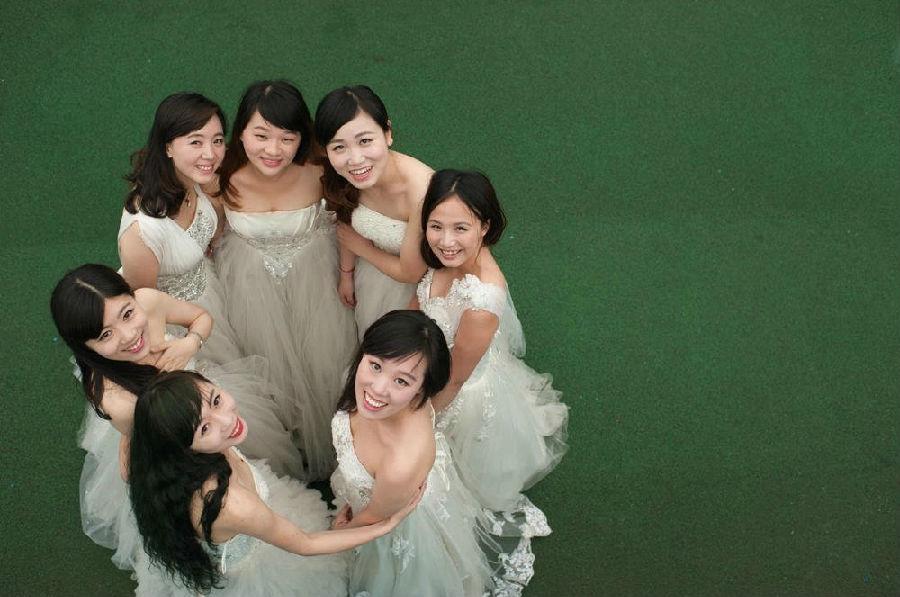 三峡大学7位美女研究生齐拍婚纱毕业照 新华