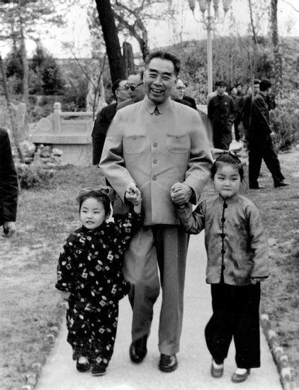 周恩来手牵宋庆龄警卫隋学芳的两个女儿隋永清(右),隋永洁(由于隋学芳
