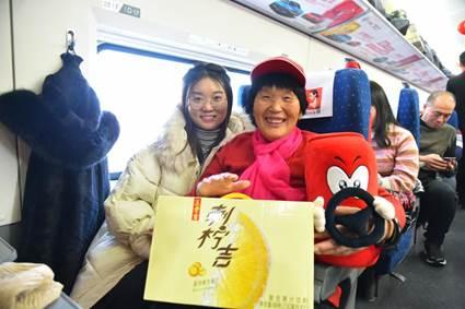 """共建美好春运 王老吉""""让爱吉时回家""""南北两条列车同时启程"""