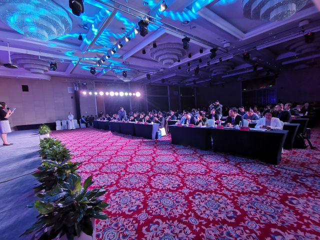 首届龙8行业名牌峰会暨《龙8名牌》行业名牌培育计划发布会在南京开幕
