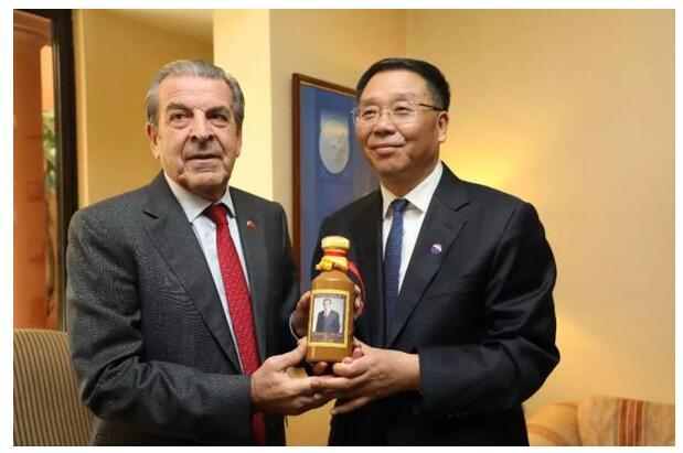 """""""茅台董事长送我的酒,我要留给自己喝!""""智利前总统特别邀请李保芳到私宅做客!"""