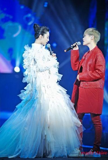 红白组合配一脸 李宇春演唱会造型百变吸睛