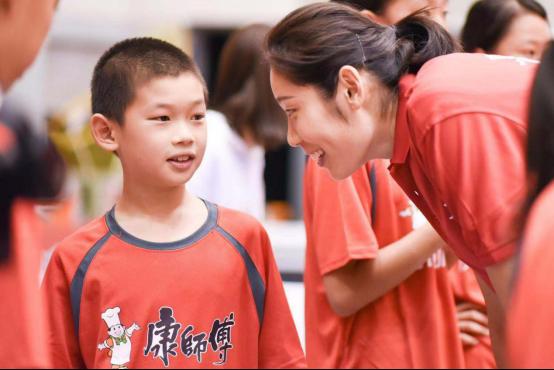 郎平朱婷走进康师傅小小排球训练营,推动青少年排球运动