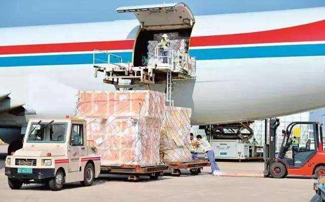 郑州机场迎来今冬首架南美水果包机