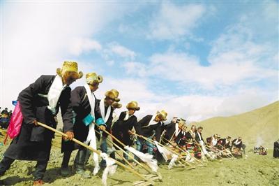 琼结县拉玉乡强吉村春耕仪式现场。
