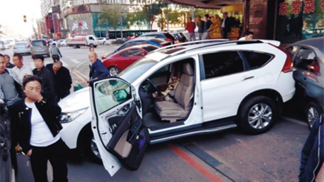 沈阳:男子倒车进位 老伴地面指挥被撞重伤