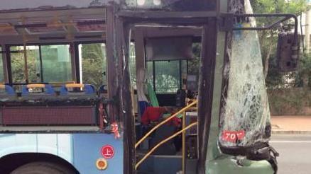 大连一油罐车与公交相撞 20多人受伤