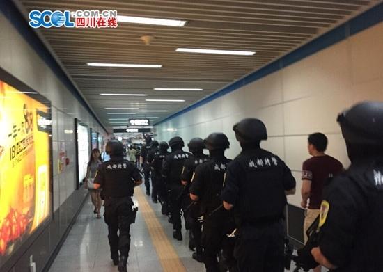 中国特警实弹乘地铁赴演习地 乘客呆若木鸡
