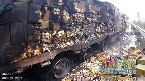 大广高速龙南段大货车自燃 38万枚鸡蛋被烤熟