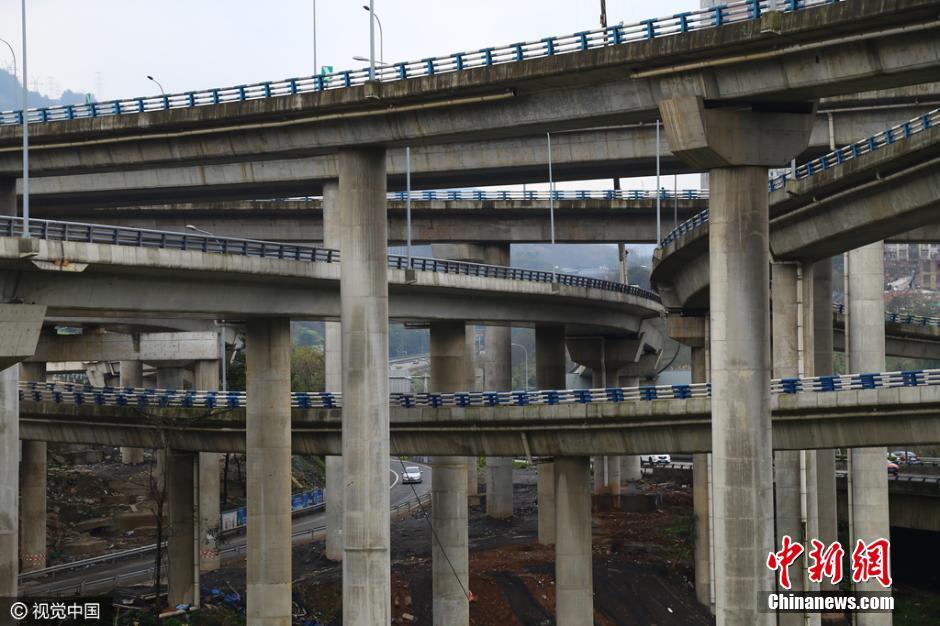 """,第一层是连接朝天门大桥与慈母山隧道的""""三横线""""快速干道,第二图片"""