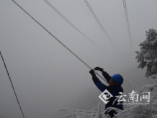 """斗罢""""震魔"""" 云南昭通电网再战抗冰抢险"""