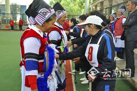 70岁老太球场展英姿 云南省第八届妇女门球赛开赛