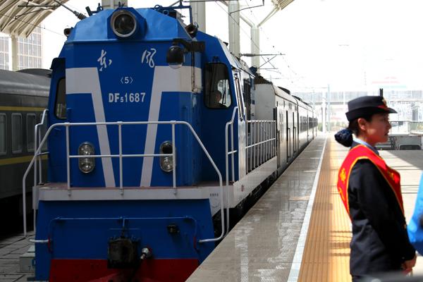 """""""环湖赛号""""列车首发仪式在西宁火车站举行"""