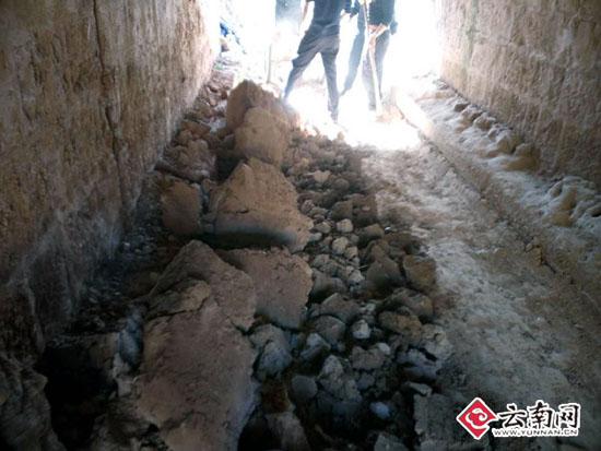 淤泥堵塞通道 昆铁民警帮忙解决村民出行难题