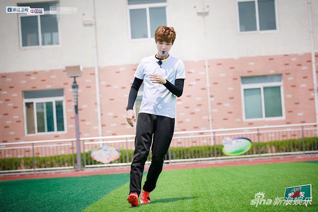 《我去上学啦》鹿晗变身足球教练 尴尬认错队