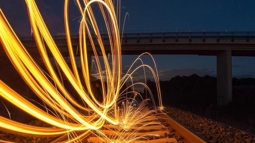 钢丝燃烧 如焰火绚烂绽放