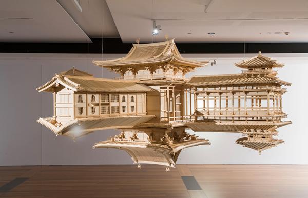 浮在空中的古建筑模型被完全镜像复制,仿佛在建筑与倒影的交界处存在