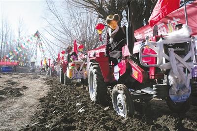 """马达的轰鸣声,惊醒了沉睡一冬天的大地,山南地区农民开着拖拉机开始耕耘在雅砻河谷第一块农田""""萨热索当""""。"""