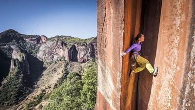 瑞士女教师徒手攀爬峭壁 惊心动魄