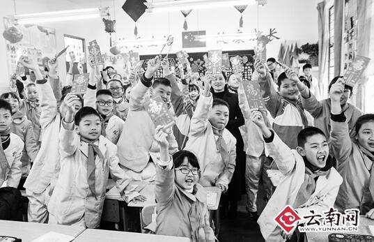 """开学首日昆明一小学给学生发""""红包"""""""
