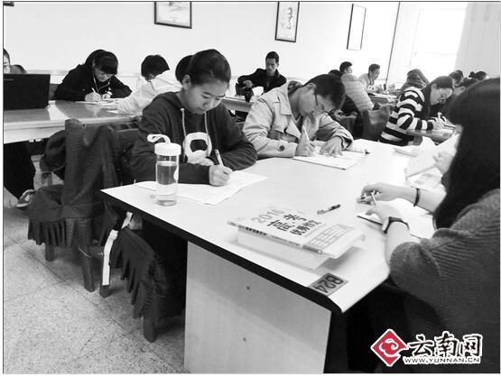 """要开学了 学生""""攻占""""云南省图自习室"""
