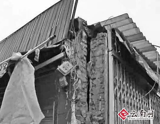 昆明一老街电杆不堪重负拽裂民居
