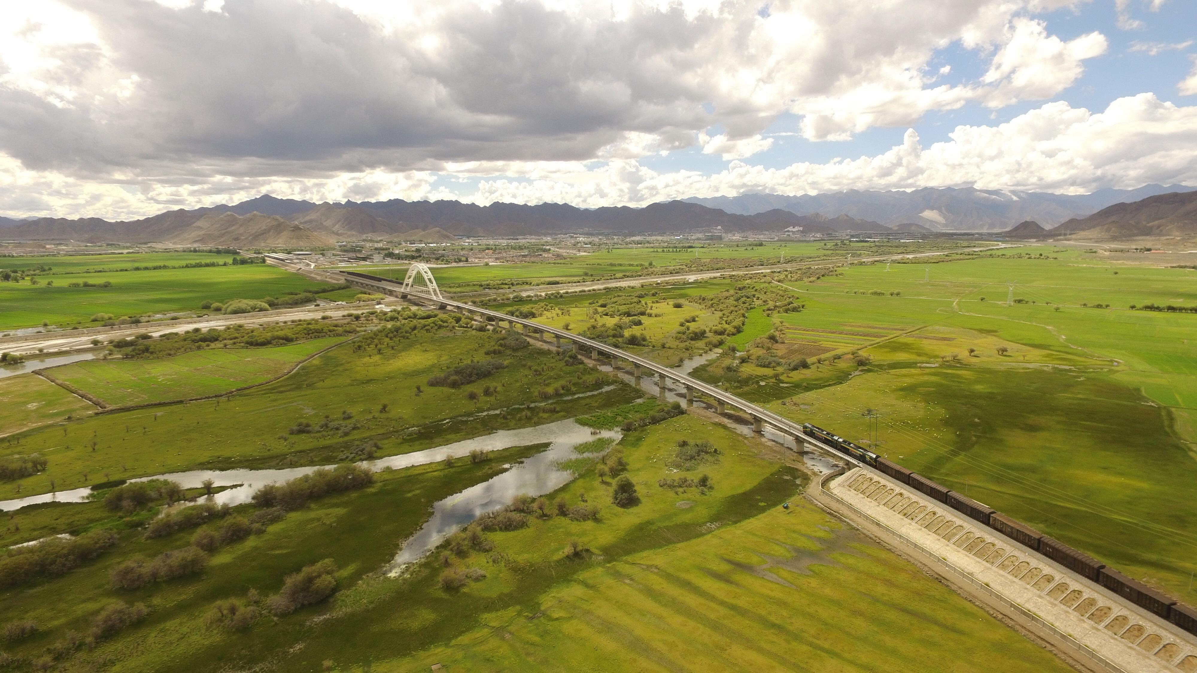 鸟瞰壮美青藏铁路