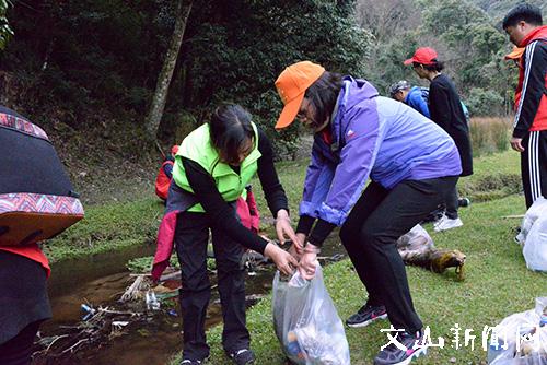 """40余名志愿者到薄竹山开展""""清洁水源""""志愿活动"""