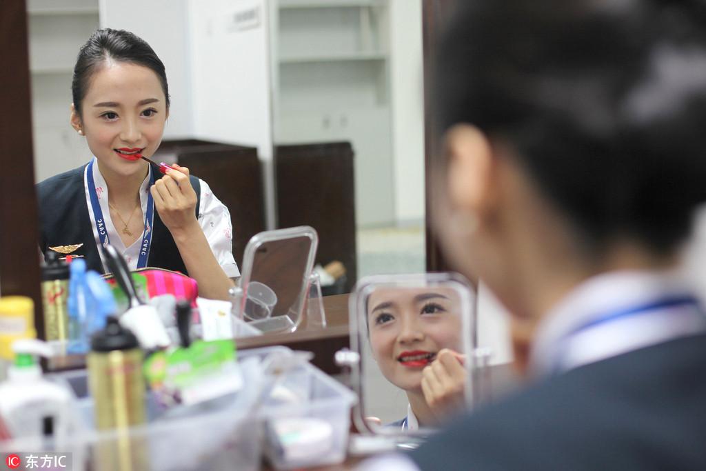 """中国姑娘凭啥夺年度""""世界最美空姐""""冠军?"""