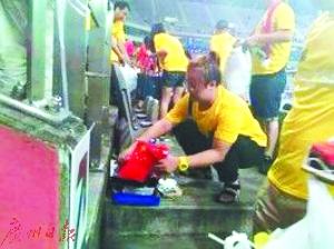 中韩大战中国球迷捡垃圾 日韩网民点赞:输球赢人品