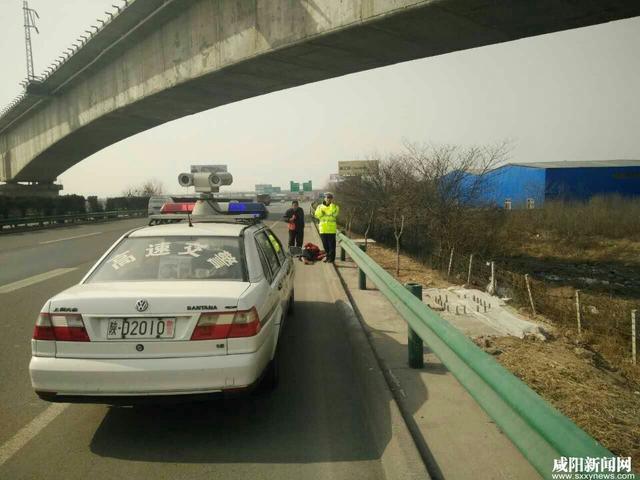 女子乘车受骗徒步高速路 受民警救助返家乡