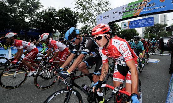自行车——第十五届环青海湖国际公路自行车赛在西宁鸣枪开赛