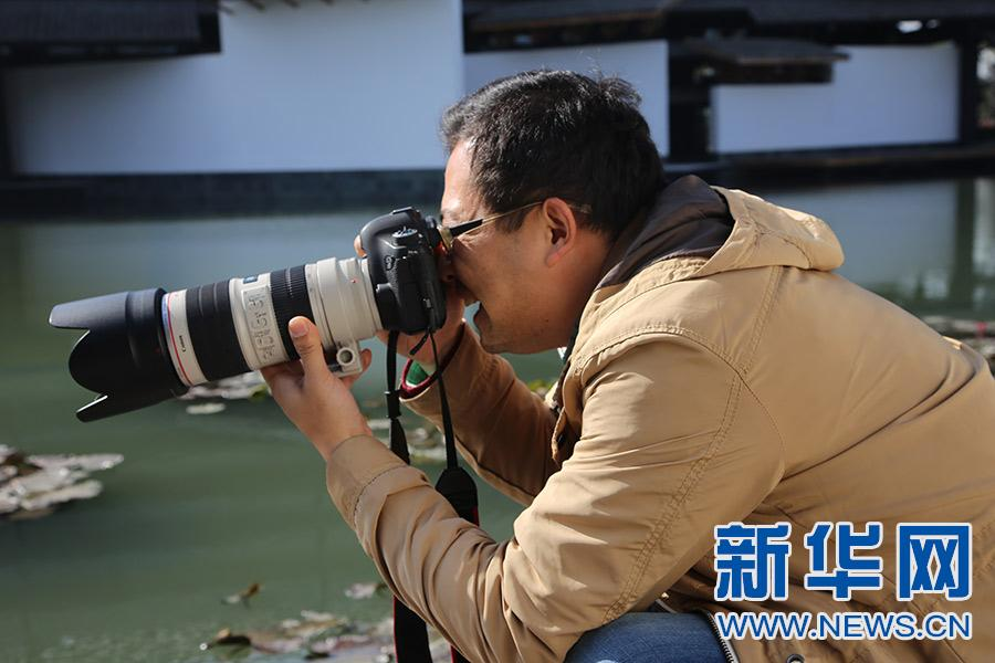 镜头记录新华网记者预热报道中的工作侧影