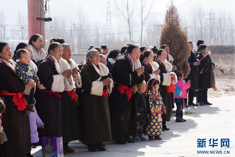 青海黄南举行晒佛仪式