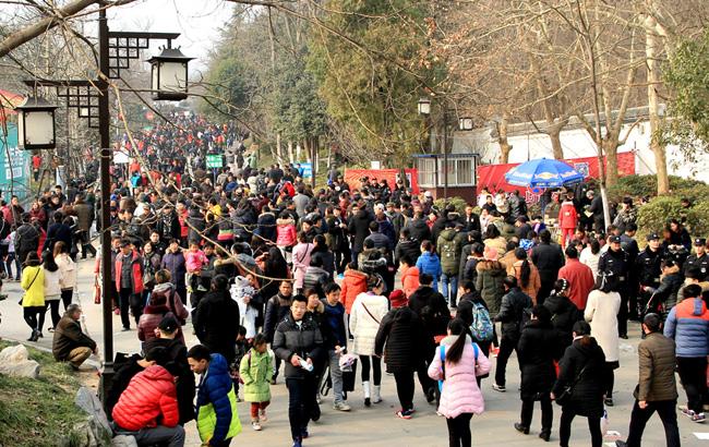 逾十万游客逛滁州琅琊山庙会