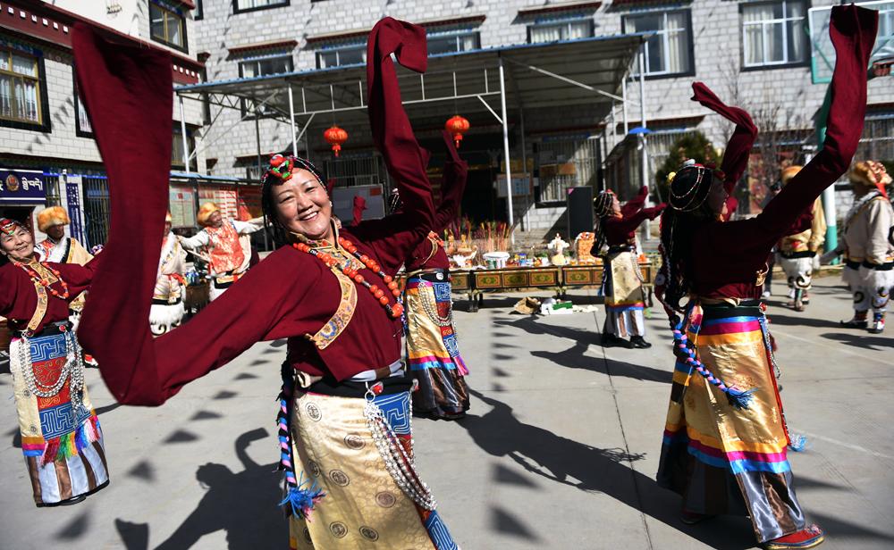 西藏各族干部群众欢度藏历新年