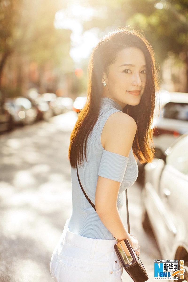 李沁春日街拍笑眼迷人 清新活泼凸显少女气质