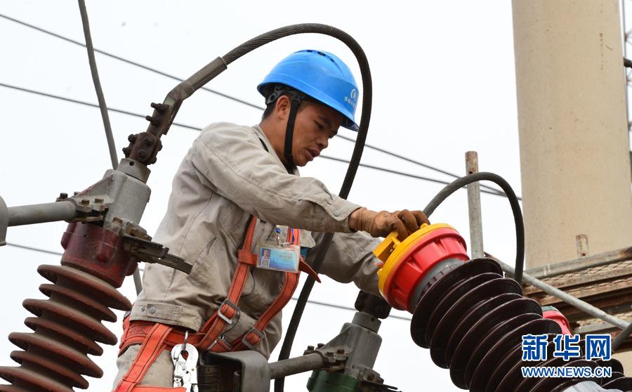 滨海电力开展35千伏港塘路变电站断路器春检大修