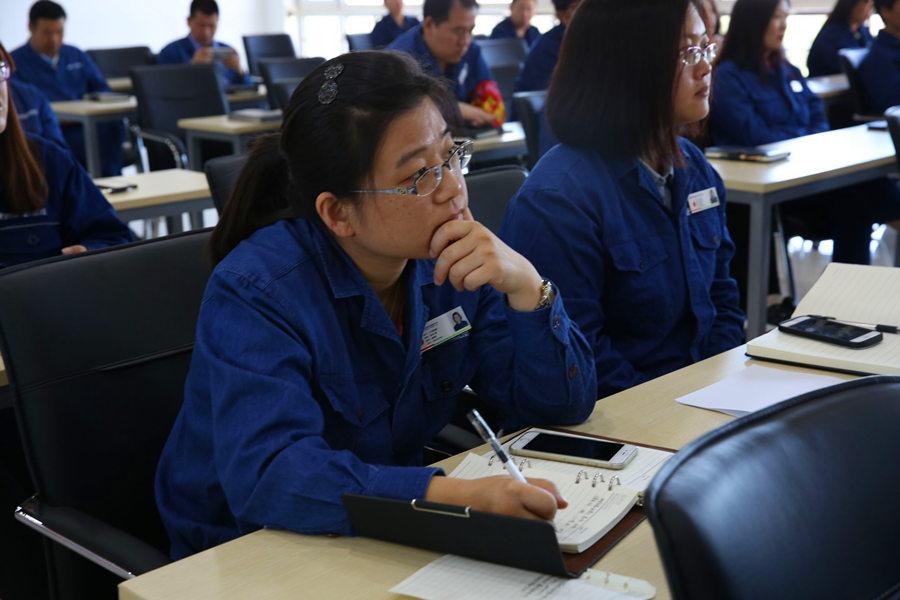 """""""中国网事·感动河北""""网络人物走进企业传递正能量"""